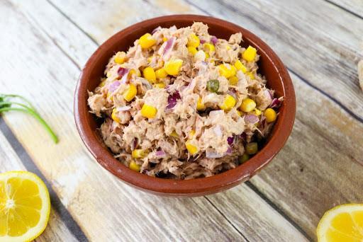 Salată de ton cu porumb și ceapă. Rețetă simplă și sănătoasă, gata în 10 minute