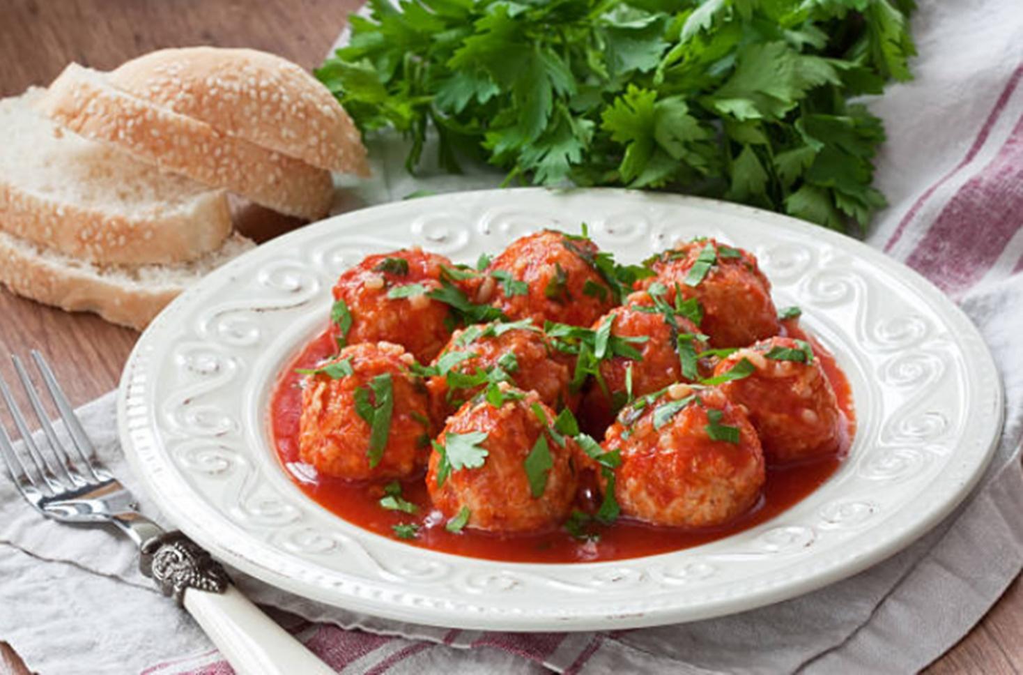 Chiftele cu sos de roșii. Rețeta simplă ca la bunica acasă