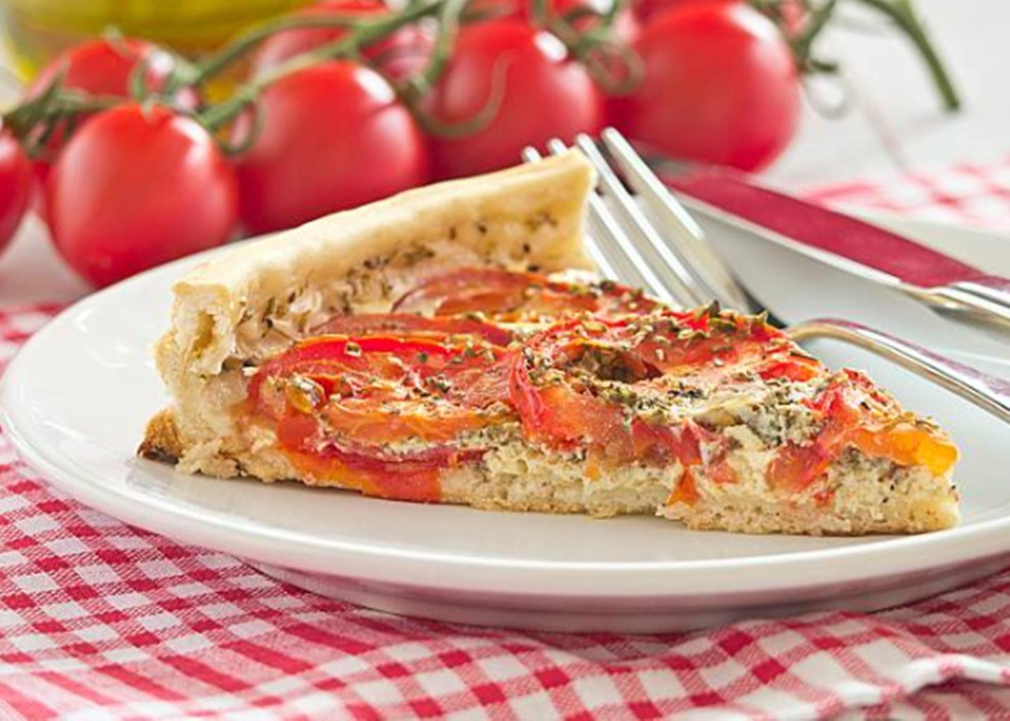 Rețetă de tartă sărată cu roșii și amestec de brânzeturi cu ceapă