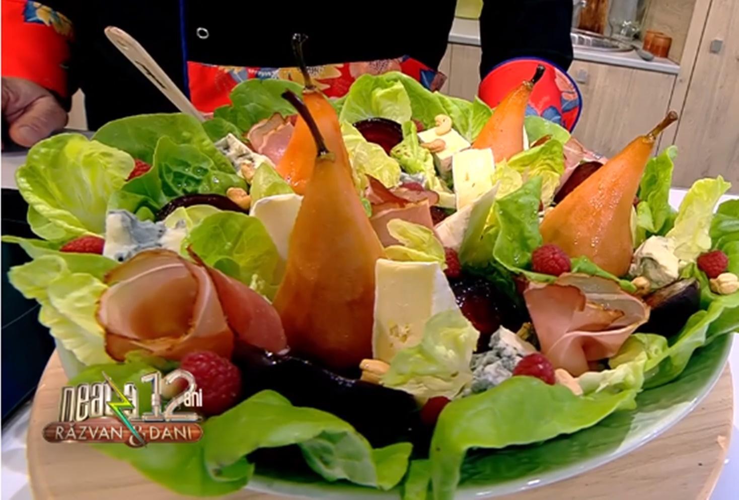 Salată de vară cu pere caramelizate, brânzeturi asortate și dressing fructat. O combinație de ingrediente ce te cucerește instant!