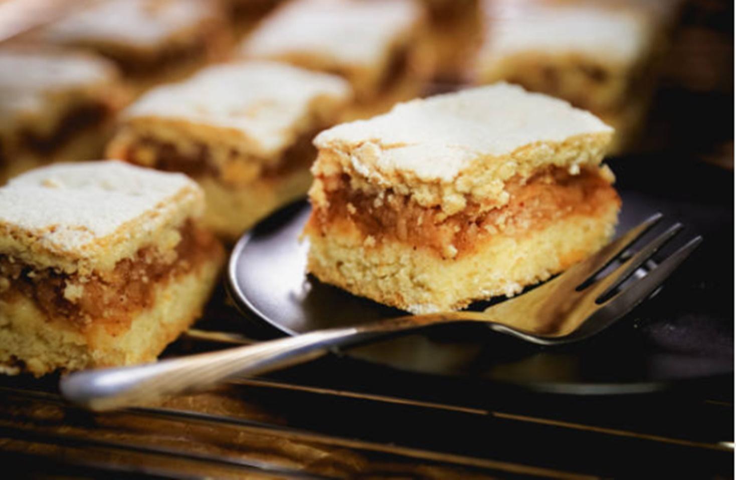 Prăjitura turnată cu mere. Rețetă de prăjitură cu mere și aluat fraged