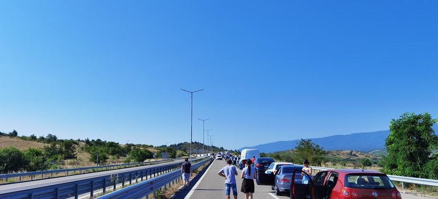 Nervi și cozi uriașe! Românii care și-au luat vacanțe în Grecia aşteaptă cu orele la graniţă, la singurul punct de frontieră deschis