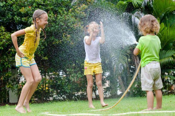Distracție garantată pentru copii, pe bani puțini! 10 idei de jocuri cu apă pentru prichindei
