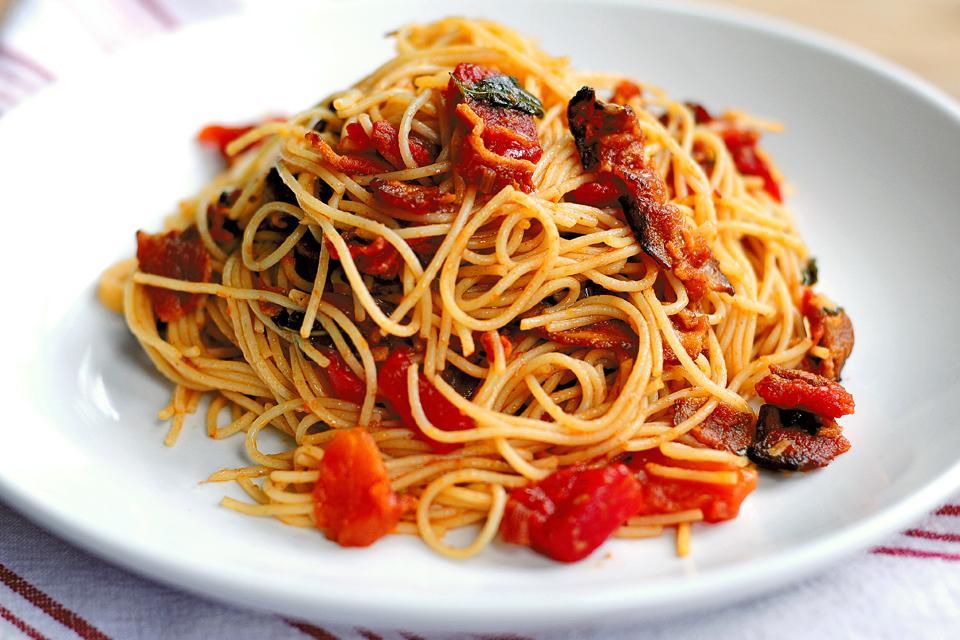Ciao, Italia! Paste capellini cu bacon în sos de roșii și usturoi