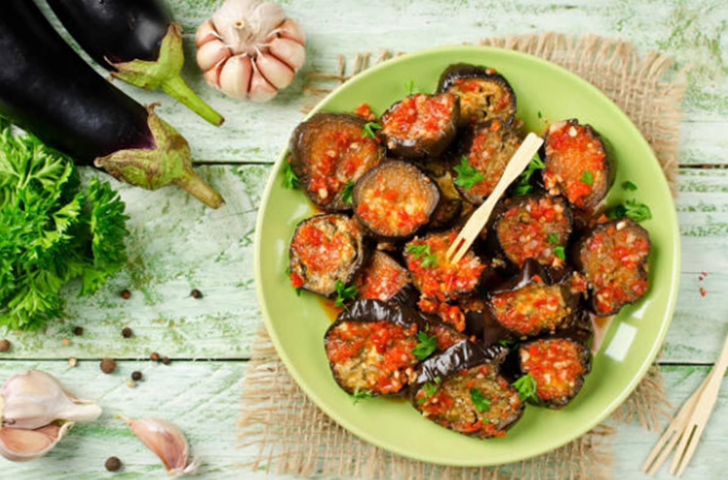 Vinete turcești. Rețetă de vinete cu sos picant de roșii și ardei