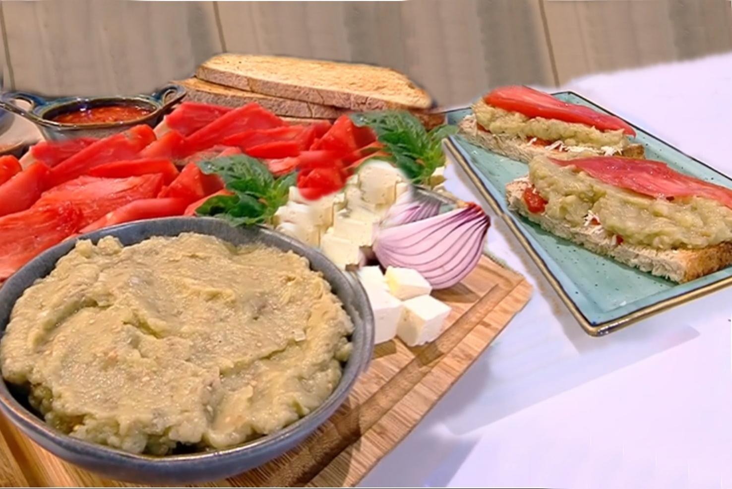 Rețetă de vinete cu gust de vară: Salată de vinete cu sos de roșii și brânză