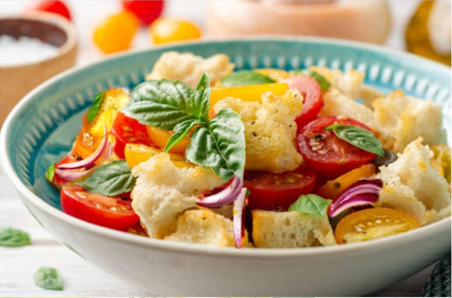 Rețeta Panzanella. Cea mai simplă salată de vară