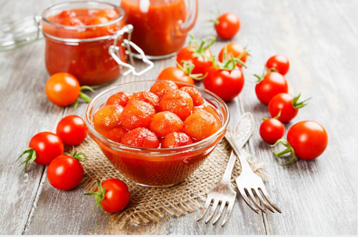 Roșii cherry conservate în suc de roșii pentru iarnă