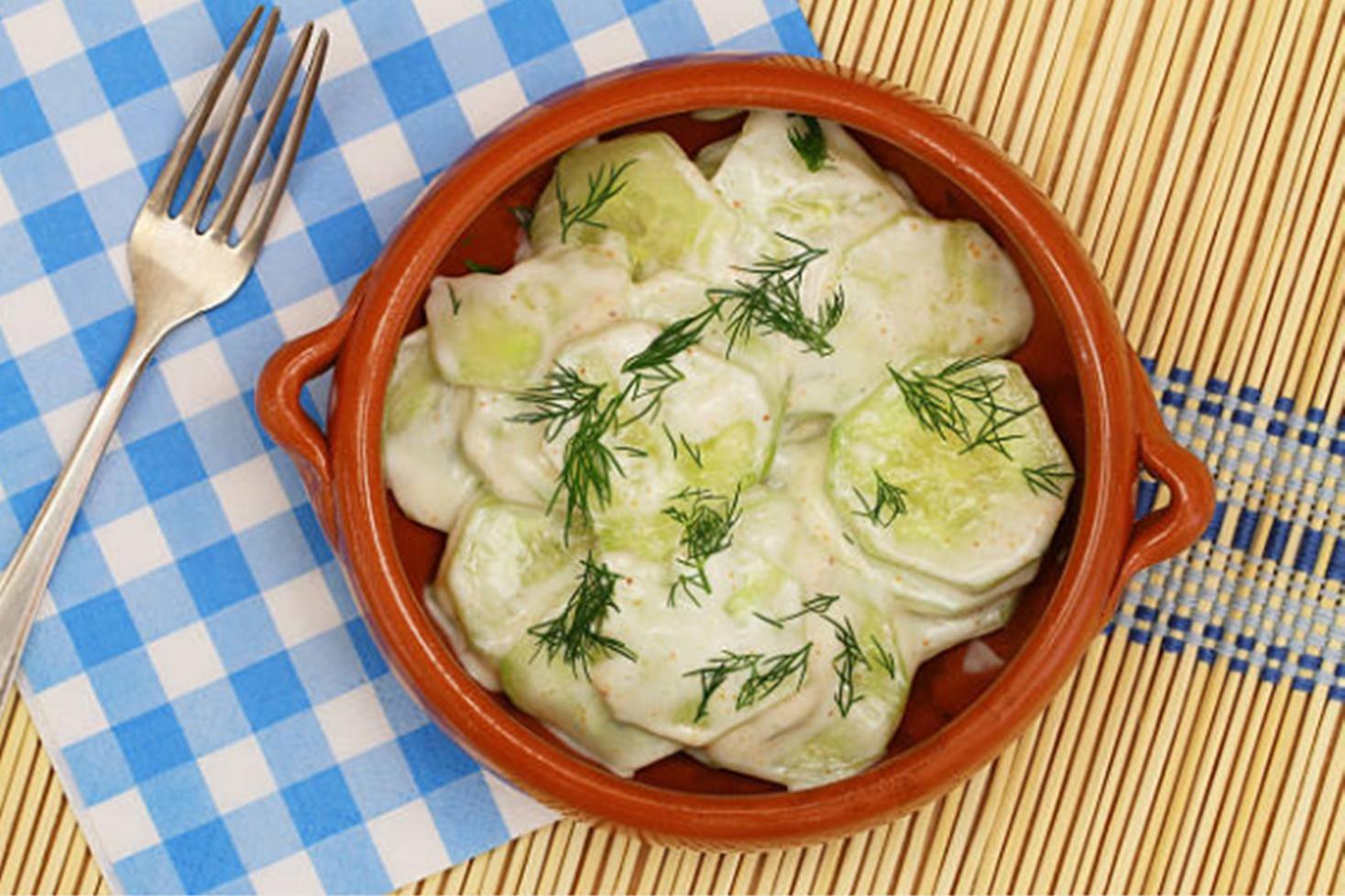 Salată de castraveți cu mujdei de usturoi și mărar. Cea mai simplă salată de vară