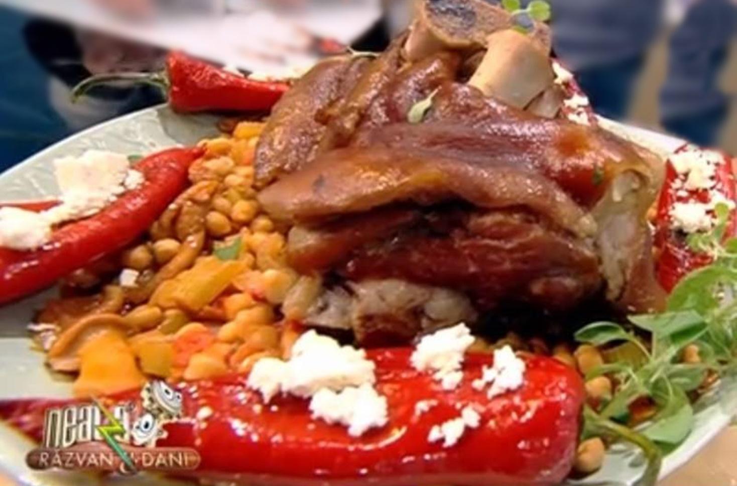 Mâncare de năut cu ciolan afumat și ardei copți