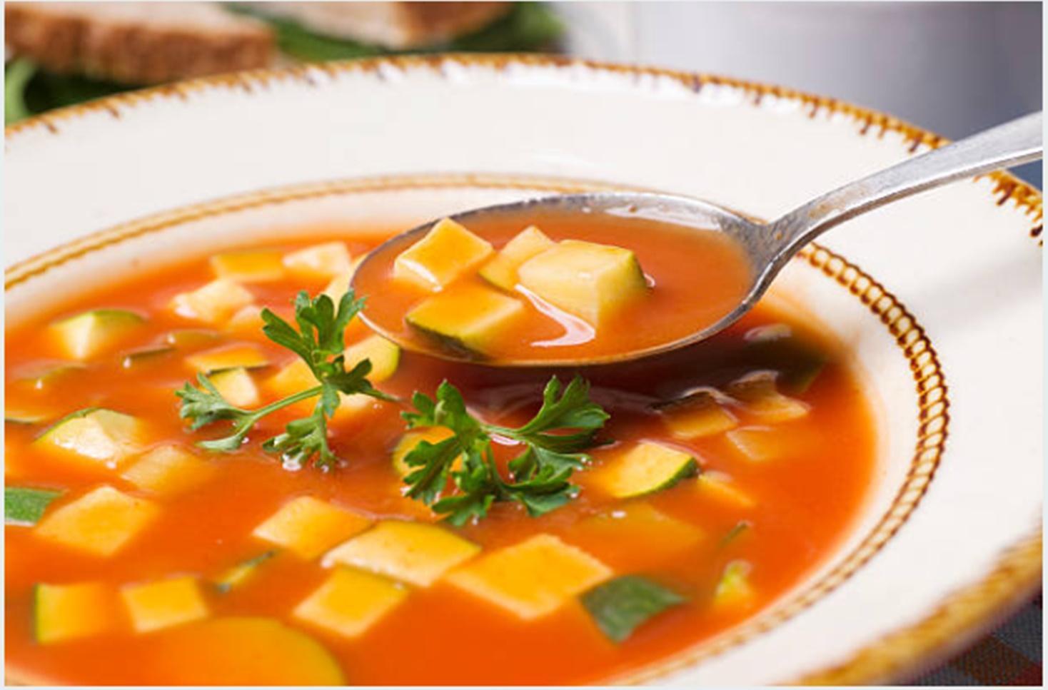 Supă cremă de roșii coapte cu dovlecei crocanți