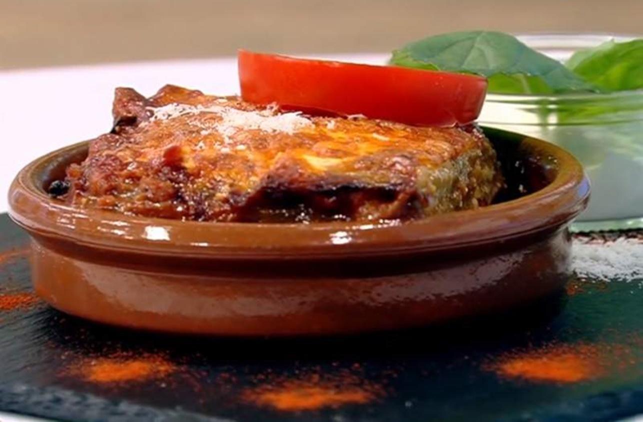 Musaca de vinete cu suc de roșii și brânzeturi