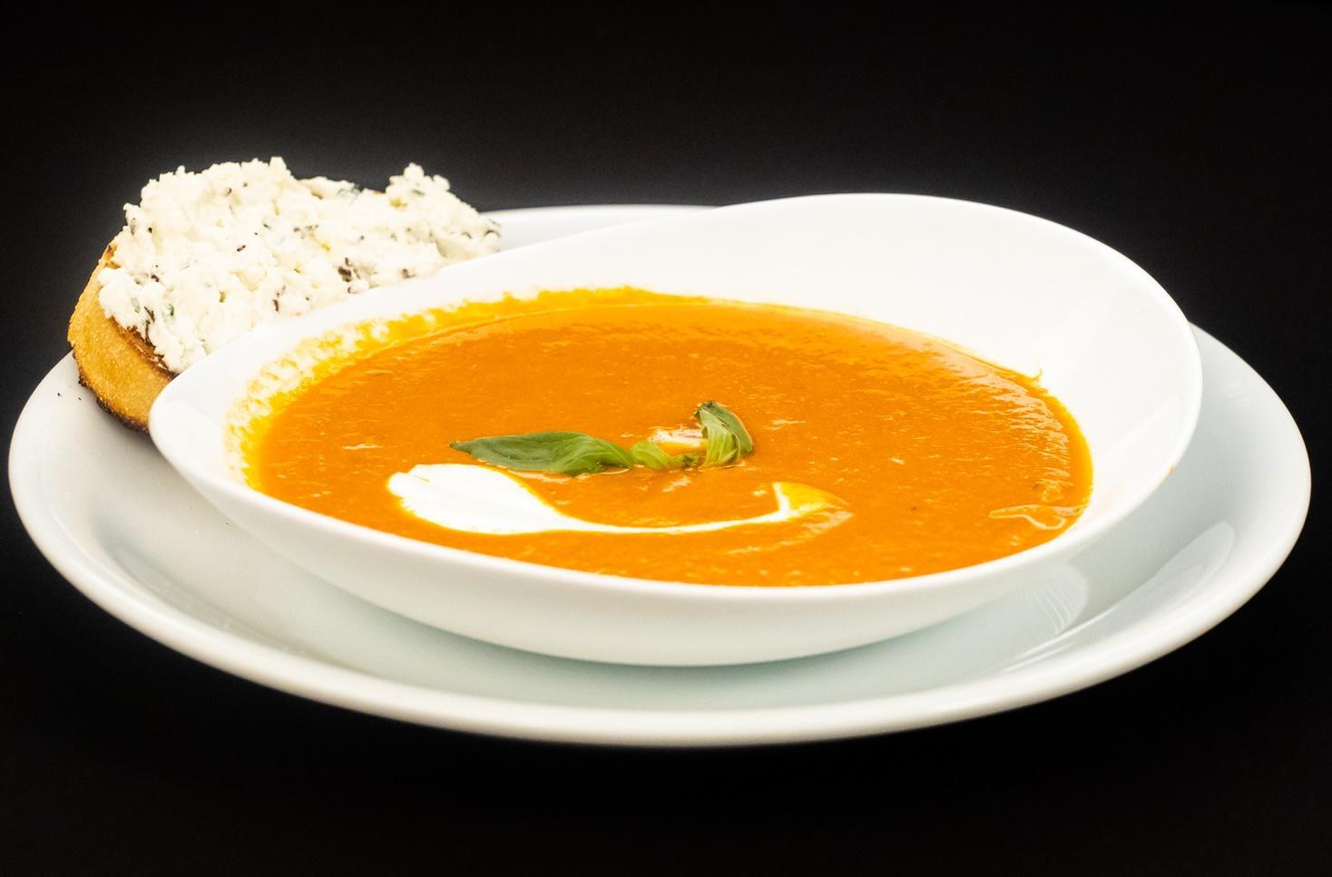 Supă cremă ardei copt cu tartine cu brânză de capră și chives