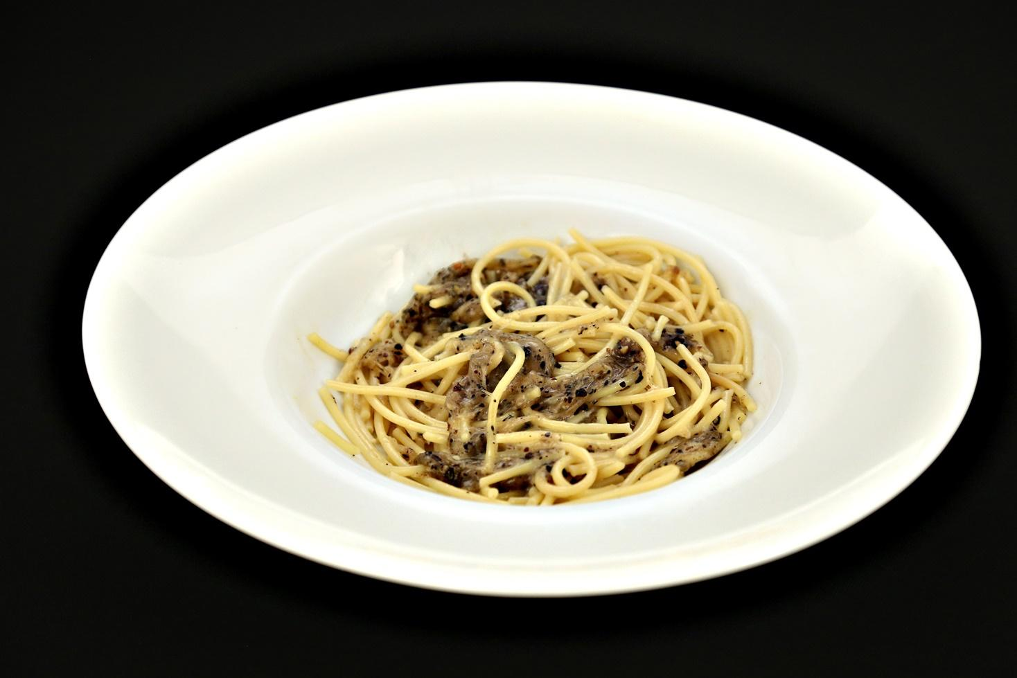 Rețetă italiană de paste cu brânză și piper. Rețeta Spaghetti cacio e pepe