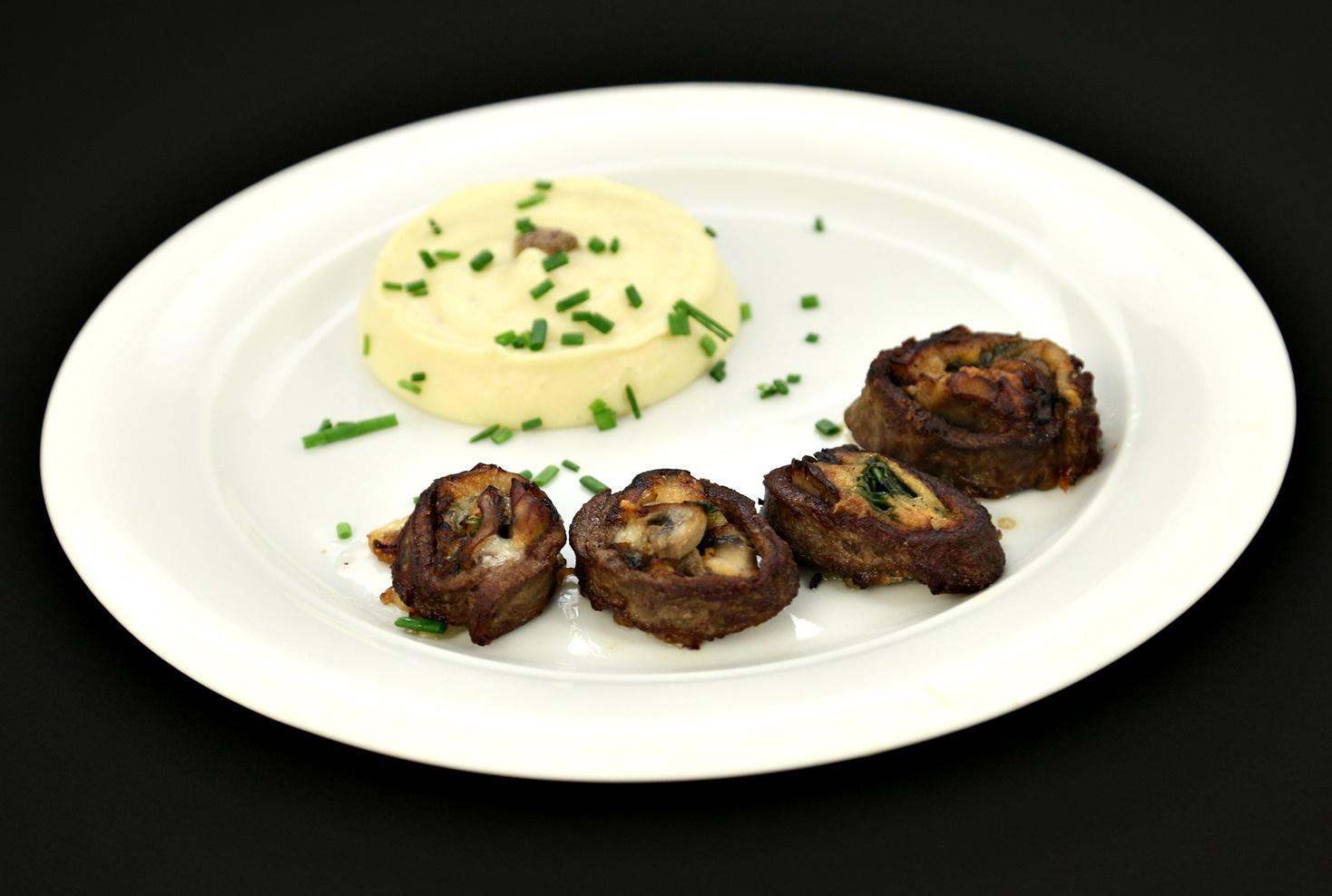 Ruladă de vită cu brânză și spanac și piure cremos de cartofi