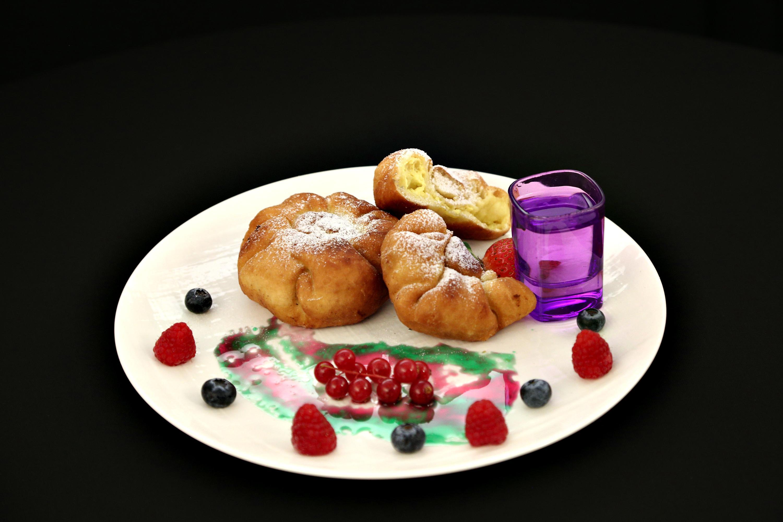 Plăcinte cu brânză sau poale-n brâu moldovenești. O rețetă tradițională pe care n-ai cum să nu o îndrăgești!