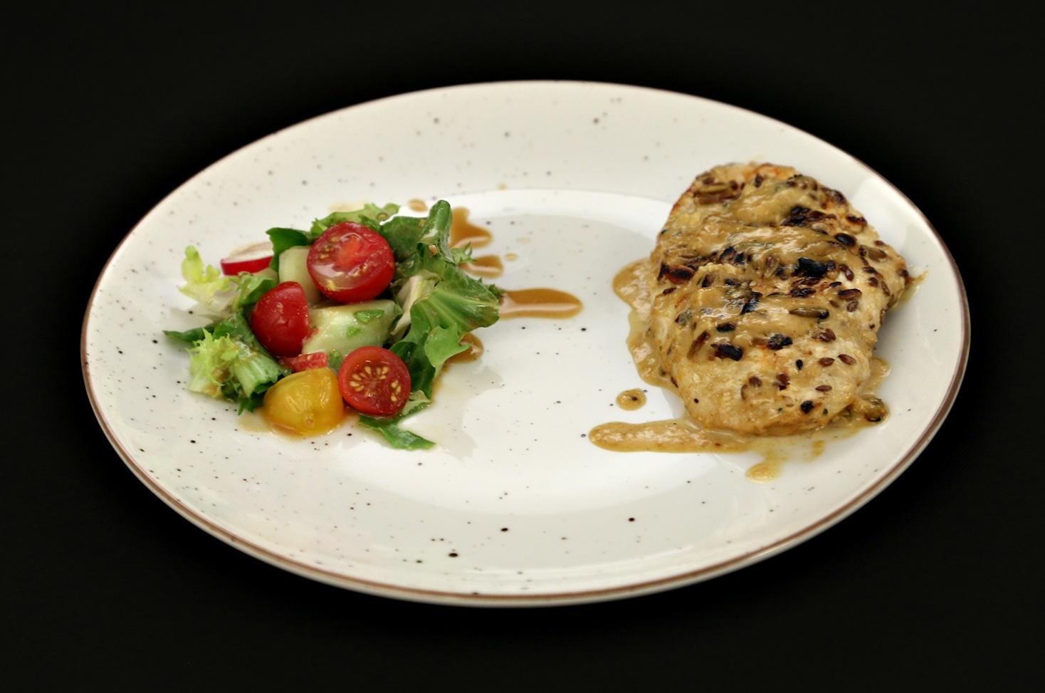Piept de pui în crustă de semințe și sos gorgonzola cu coniac