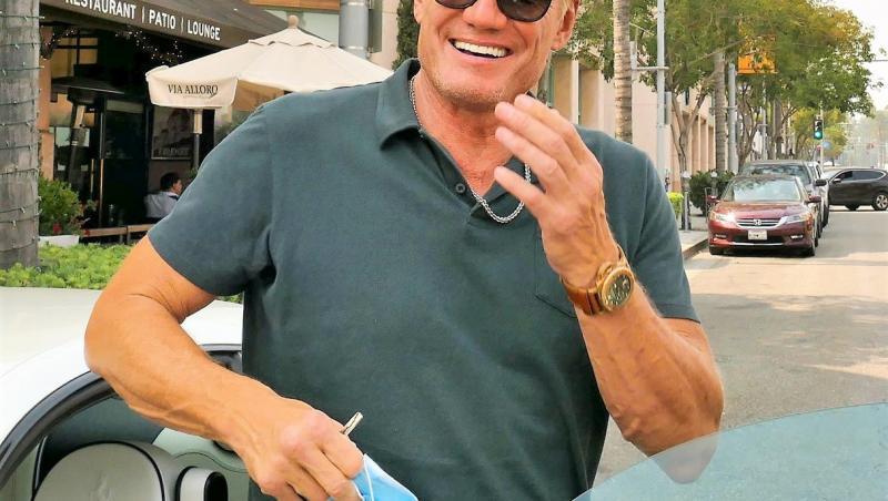 Dolph Lundgren intr-un tricou gri si ochelari de soare negri