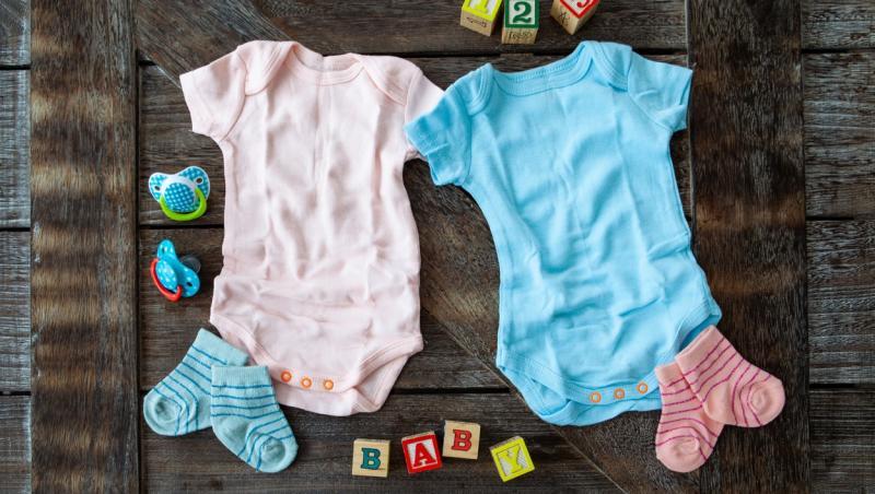 2 bodyuri roz si albastru pentru bebelusi si sosetele roz si albastre