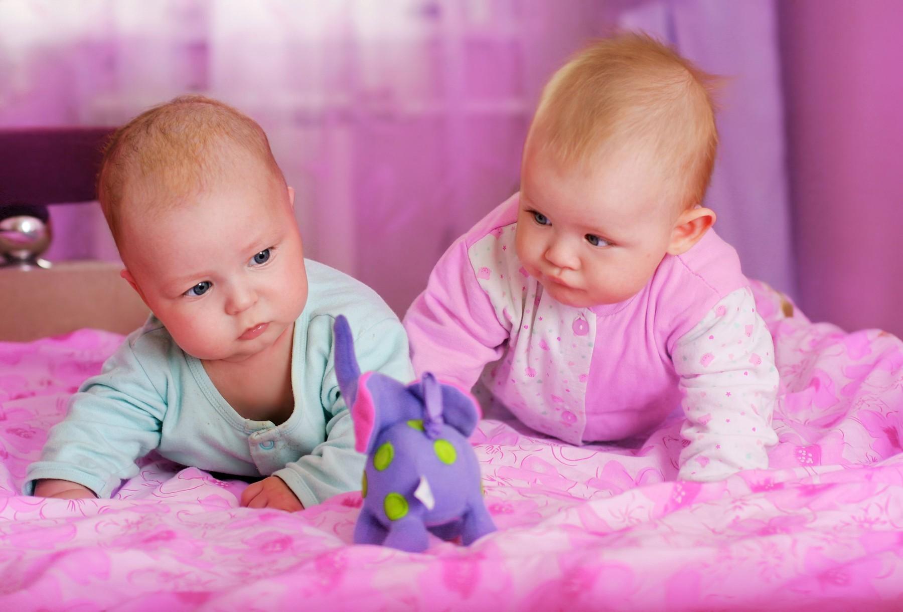 Cum au devenit culorile roz și albastru reprezentative pentru fetițe și băieței