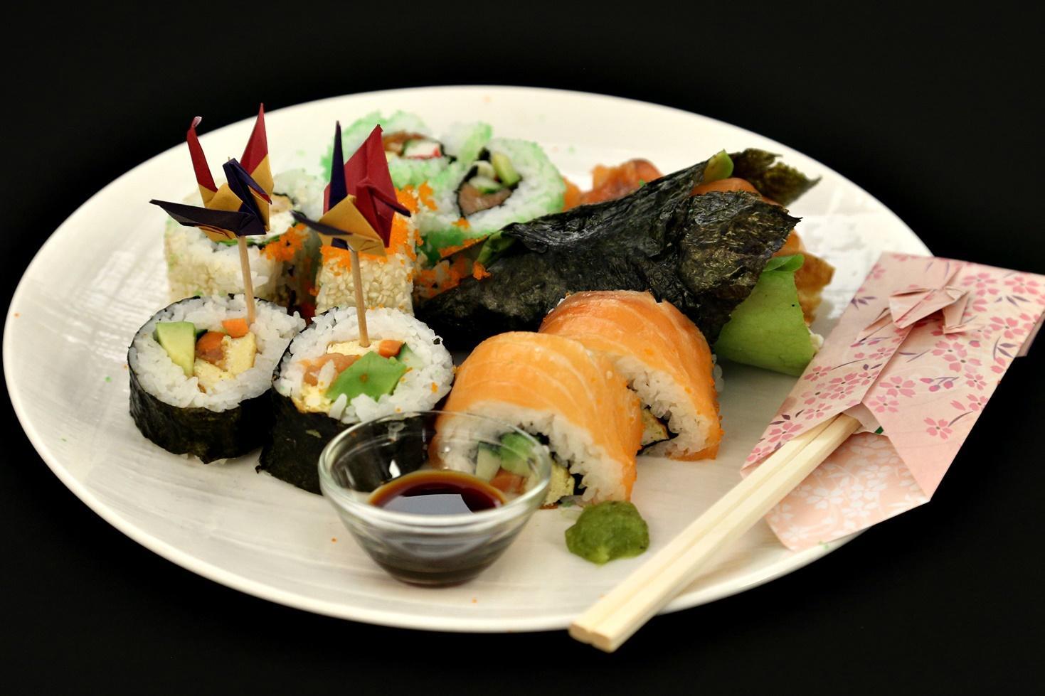 Rețetă tradițională de sushi preparat în diverse moduri