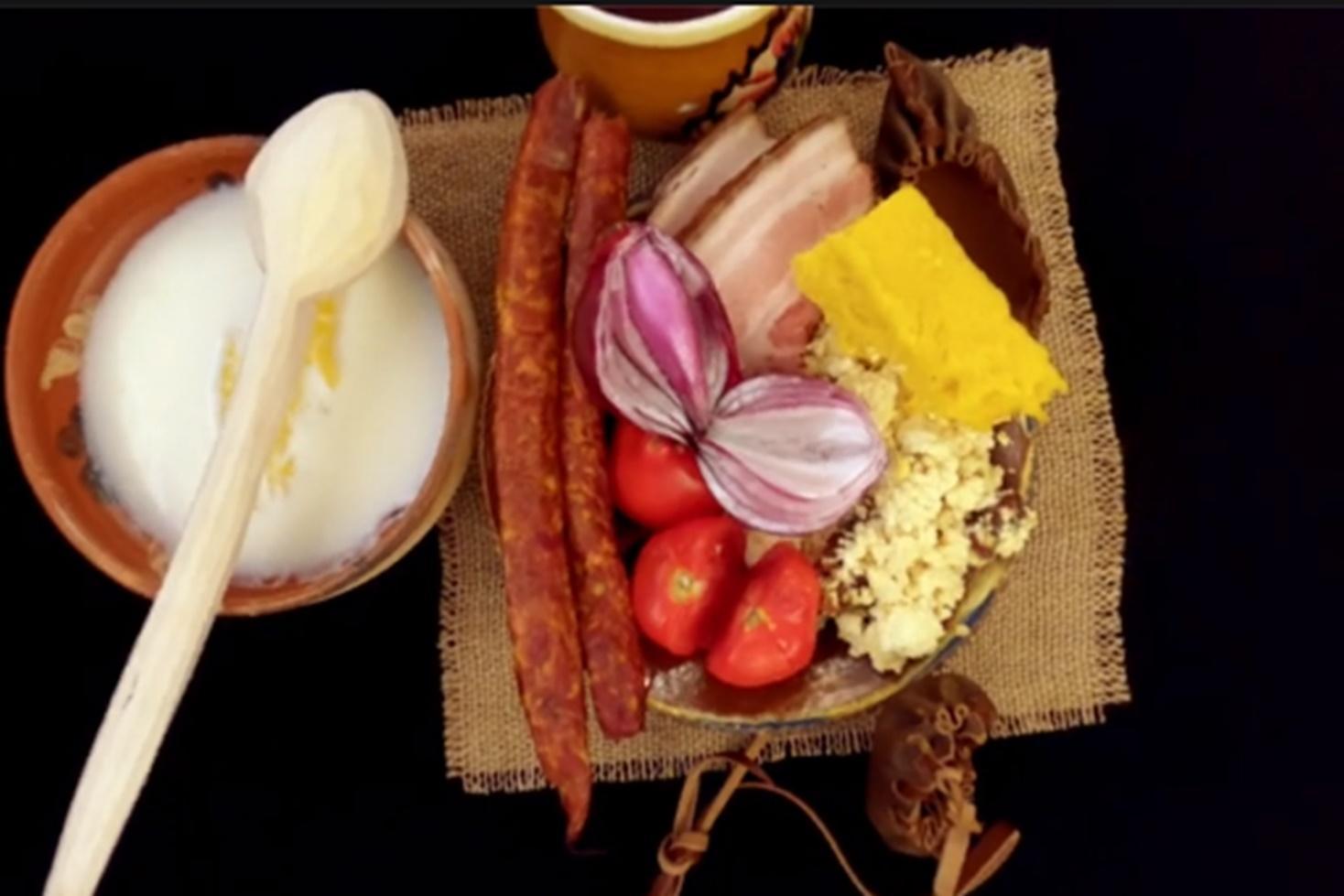 Rețetă dacică de urdă sărată și prăjită cu cârnăciori și jumări, servită cu mămăliguță