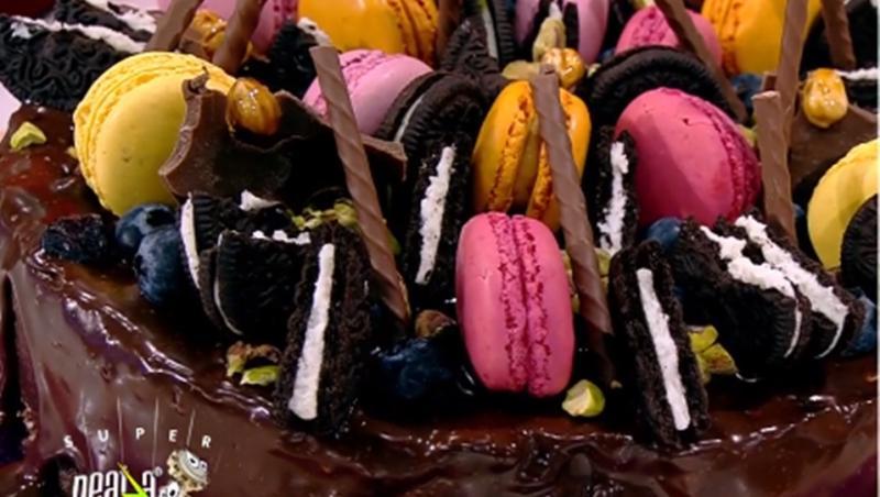 Tort cu gust de copilărie din biscuiți cu ciocolată și fructe