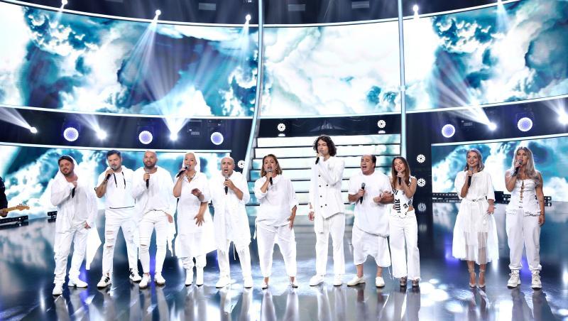 concurentii si juratii pe scena te cunosc de undeva imbracati in alb