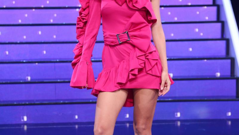 andreea balan in rochie roz pe scena te cunosc de undeva