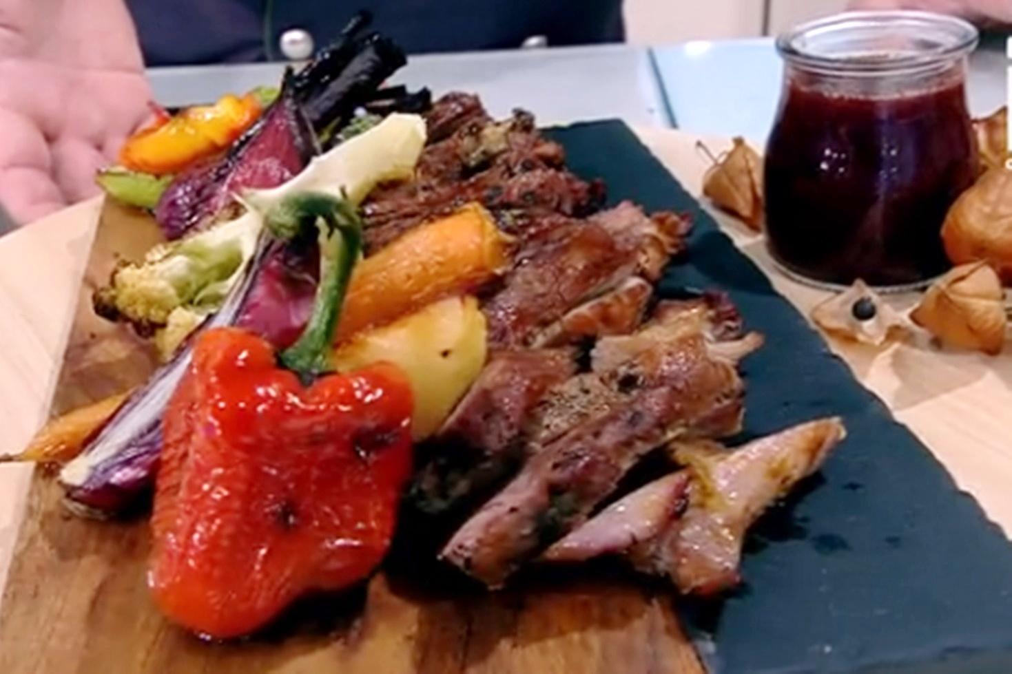 Pastramă de berbecuț cu legume coapte și must din struguri roșii. Reţeta lui Vlăduţ