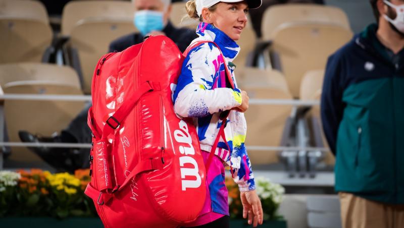 Simona Halep cu rucsacul in spate dupa primul tur de la Roand Garros 2020