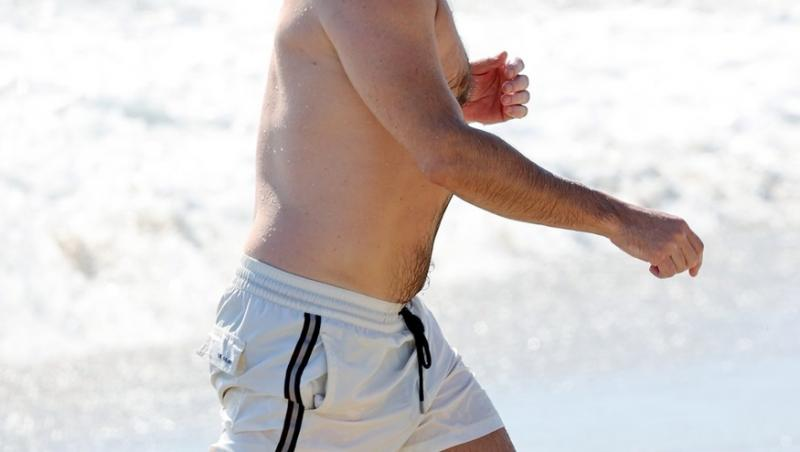 jon hamm la plaja, intr-un short alb