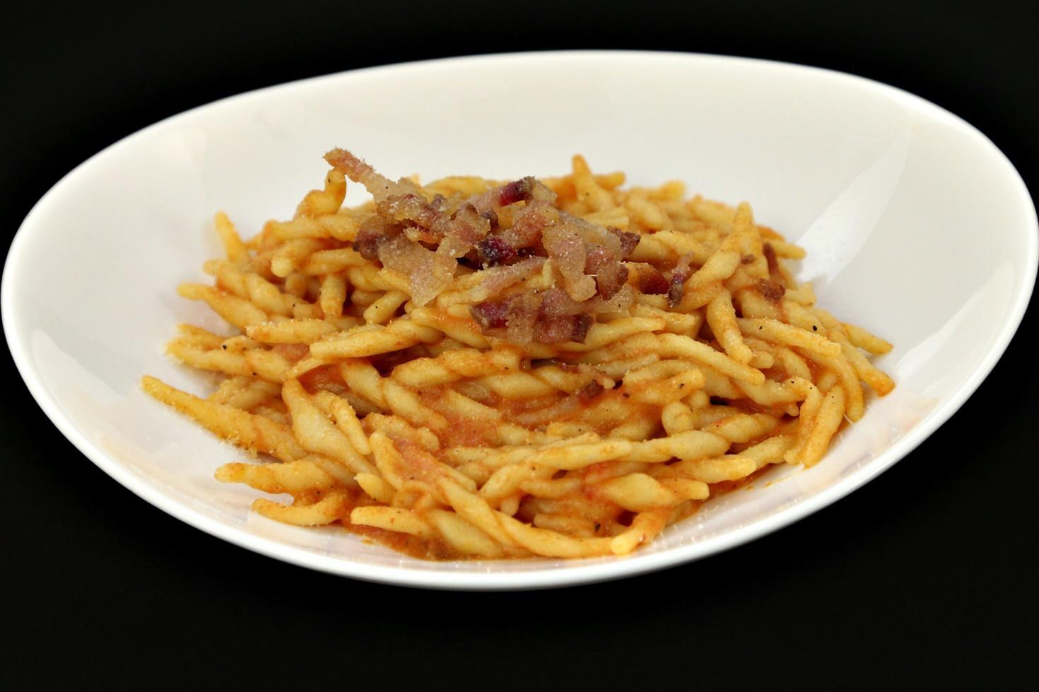 Trofie cu sos de roșii, pecorino și guanciale. Rețetă de paste răsucite cu sos de roșii, pecorino și carne de porc