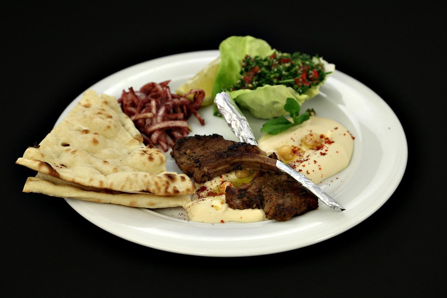 Cotlete de berbecuț cu salată tabbouleh și hummus