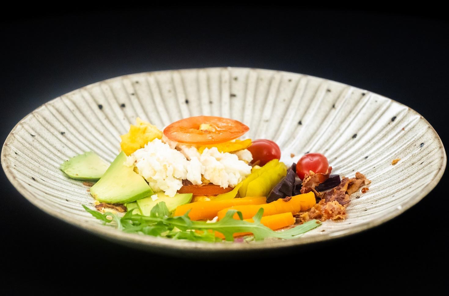 Omletă tricoloră cu influențe din Tanzania. Rețetă de mic dejun plin de nutrienți
