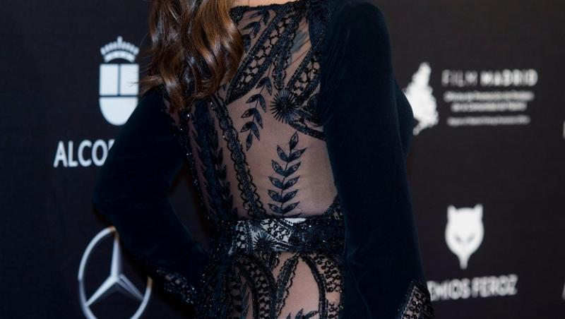 Monica Cruz care poarta o rochie cu spatele din dantela