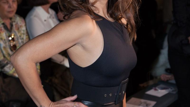 Monica Cruz, sora lui Penelope Cruz, imbracata intr-o rochie neagra