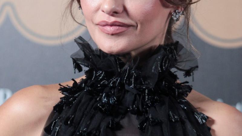 Monica Cruz, sora lui Penelope Cruz, cu rochie cu decolteu si breton lung