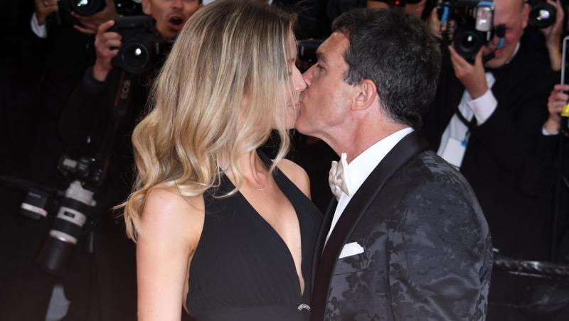 Antonio Banderas și Nicole Kimpel se sărută pe covorul roșu la Festivalul de Film de la Cannes, în 2017