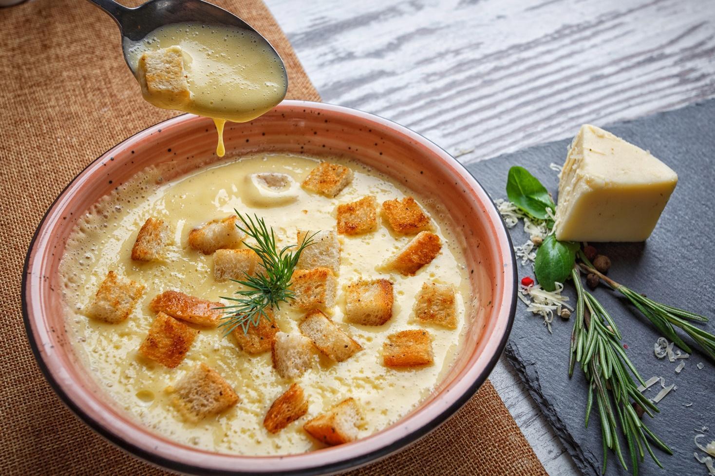 Rețetă de supă cremă de brânzeturi cu usturoi, perfectă pentru sezonul rece