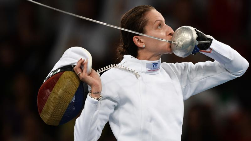 Ana Maria Brânză își pupă spada pe care o ține în mână