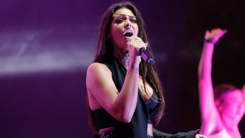 Antonia pe scenă, purtând un corset negru, decoltat