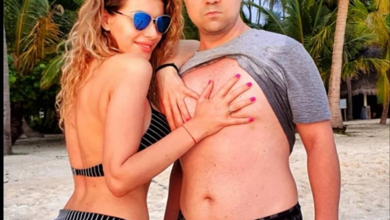 Dan Badea, pe plajă, alături de soția sa, Mădălina, aceasta risicându-i tricoul comediantului