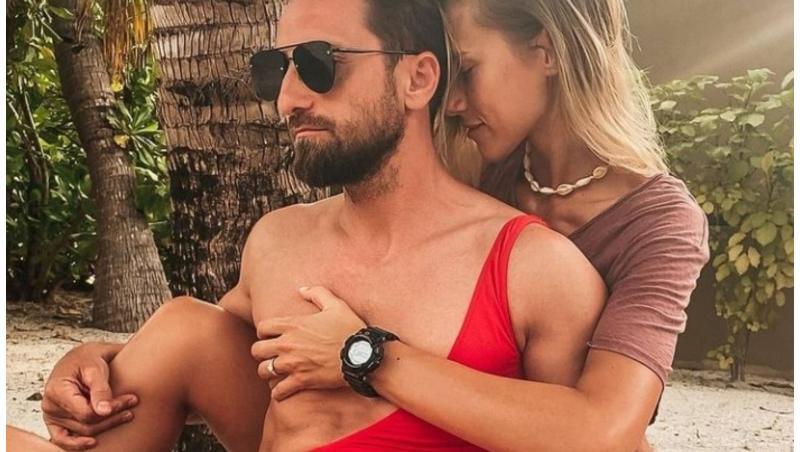 Dani Oțil, pe plajă, alături de iubita lui, Gabriela Prisăcariu