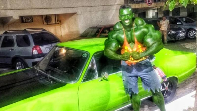 romario dos santos plin de vopsea verde intr o fotografie in care pozeaza ca hulk