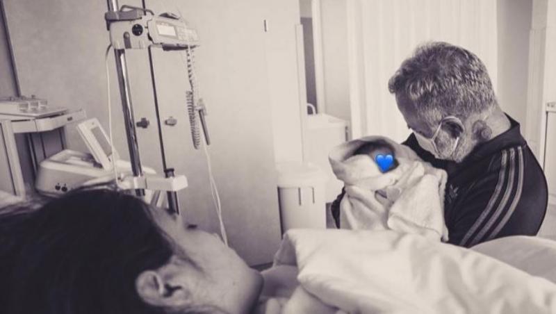 Gianluca Vacchi care isi tine in brate fetita nou nascuta, in salonul de spital