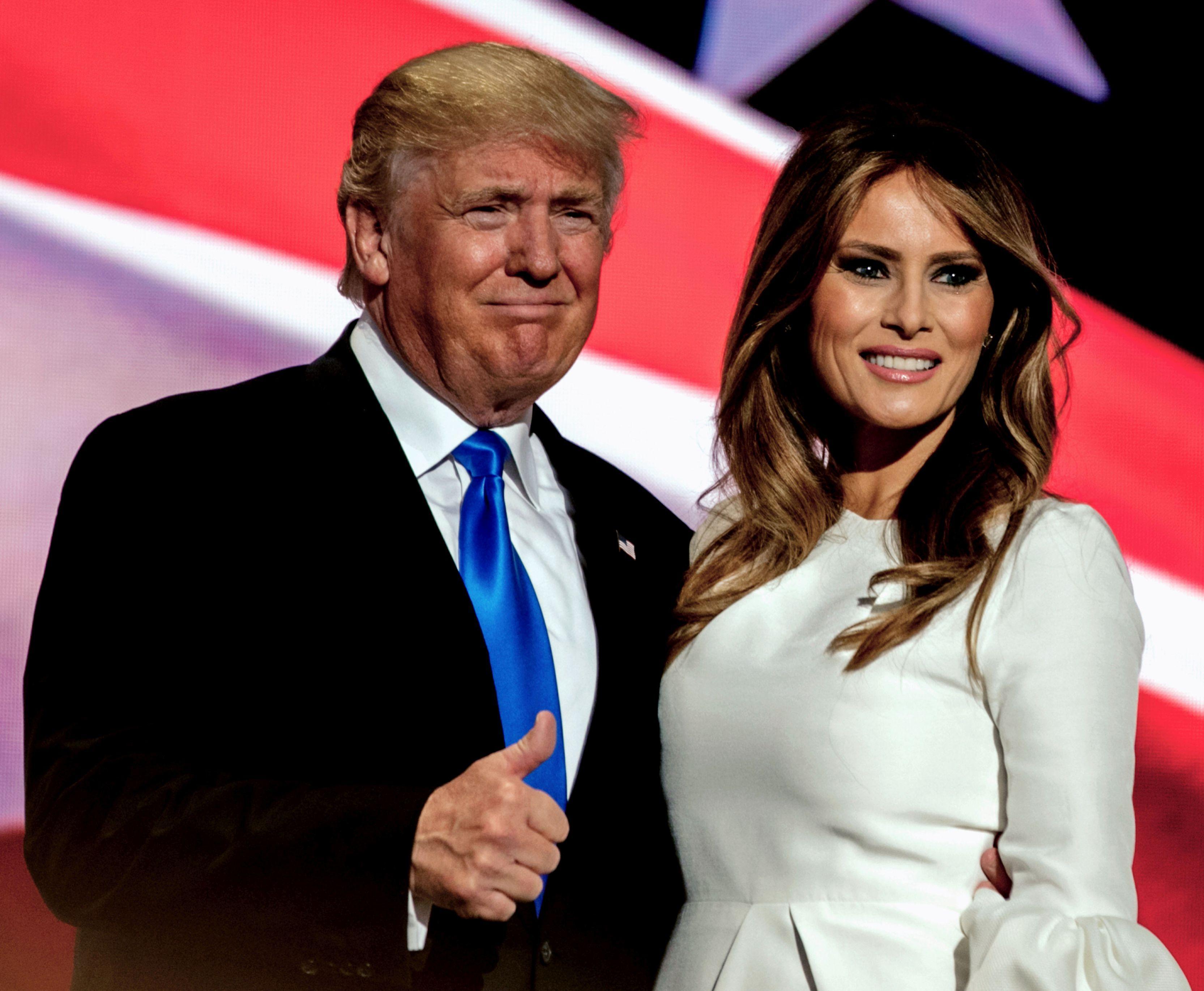 """Ținuta purtată de Melania Trump la părăsirea Casei Albe. Cum arată costumul """"de doliu"""" ales de fosta Primă Doamnă: Foto"""