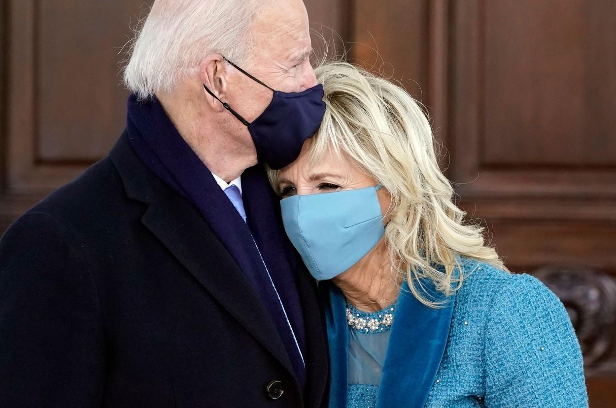 Sărutul dintre Joe Biden și soția sa va râmăne în istorie. Momentul tandru a fost surprins din toate unghiurile | Foto