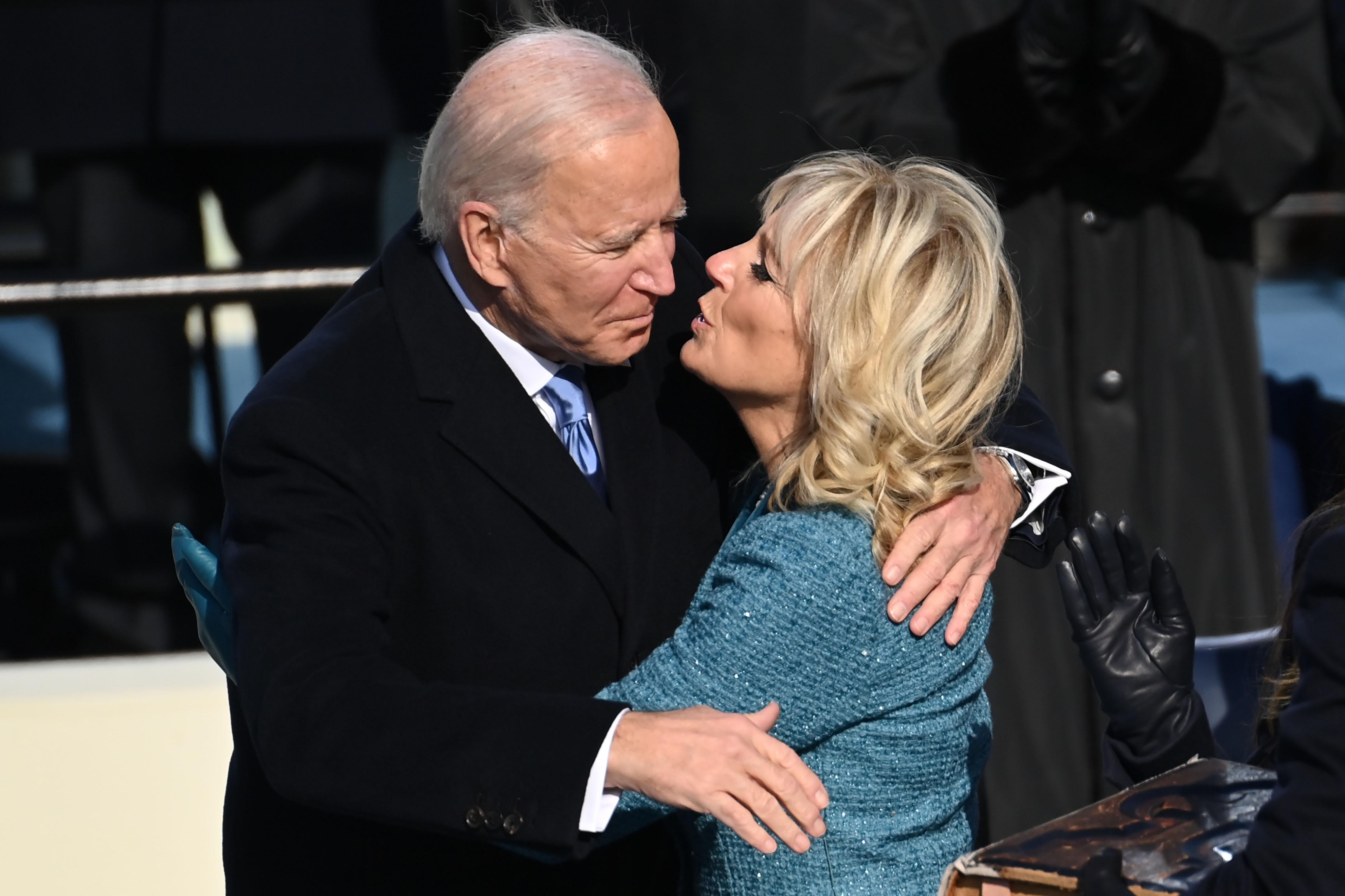 Fotografie rară cu Joe Biden și Jill Biden în tinerețe. Soția sa, o domnișoară superbă cu părul bălai și umerii goi