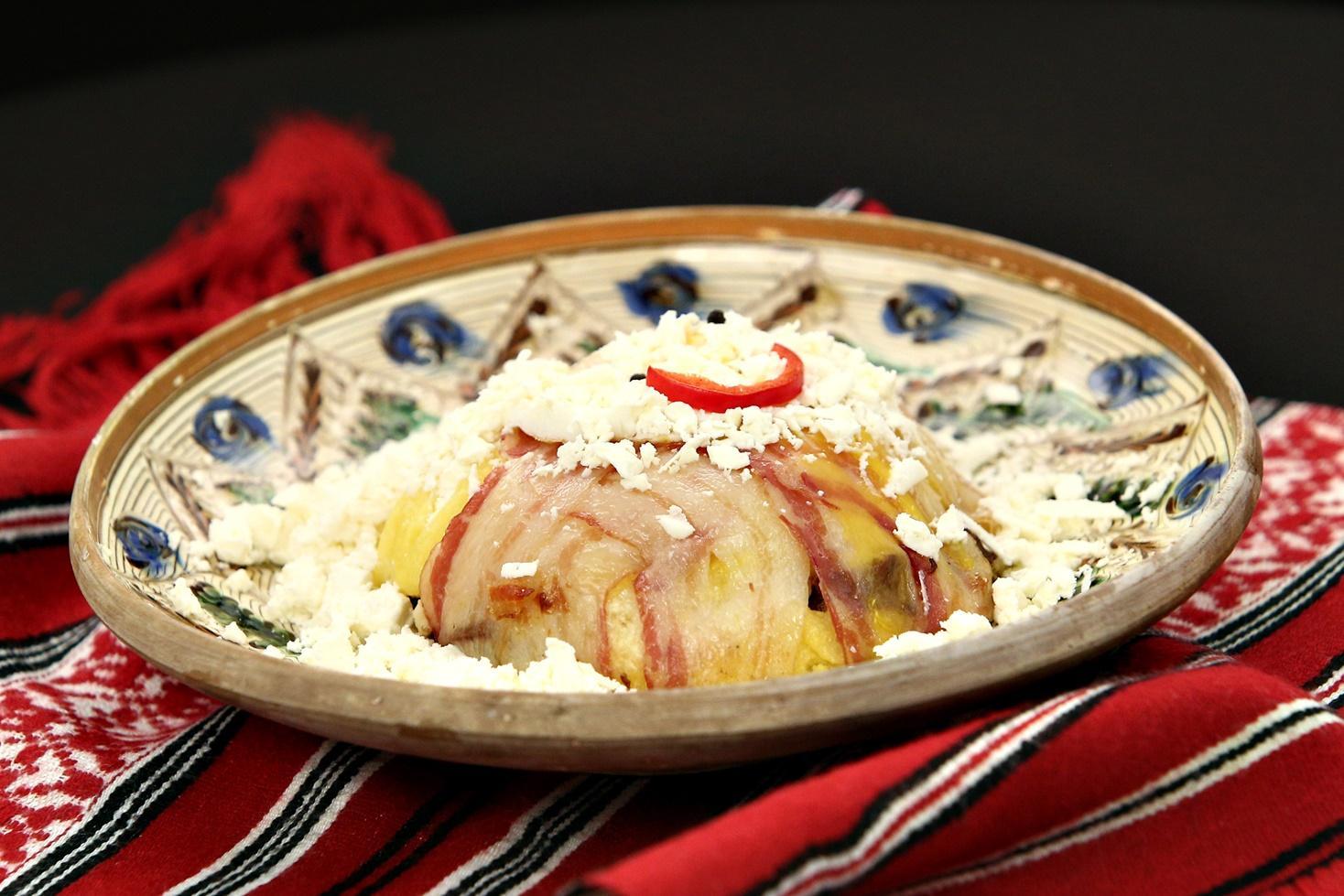 Rețetă de bulz cu brânză de burduf și cârnați afumați în manta de bacon afumat